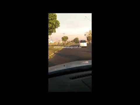 Câmera flagra motorista de ônibus em alta velocidade até derrubar postes