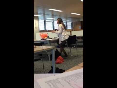 女子在圖書館被惡整,居然開始「叫床」!?