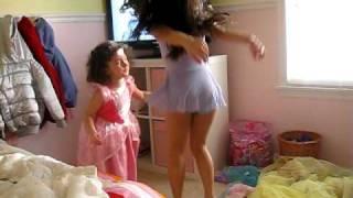 Lauren e Lele dancando pula,pula,pula.