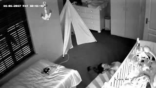 Tata umieścił kamerę w pokoju dziecka! Przeglądając nagranie widzi bardzo dziwne zachowanie żony!