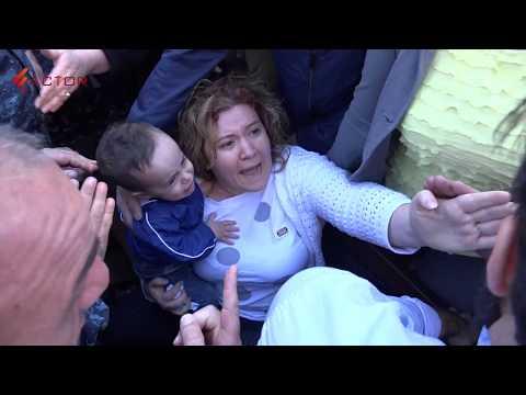 Ոստիկանները  մորը եւ մանկահասակ երեխային բռնի ուժով հեռացնում են Մաշտոցի պողոտայից - DomaVideo.Ru