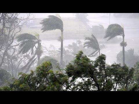 Cyclone Debbie makes landfall in Queensland (видео)