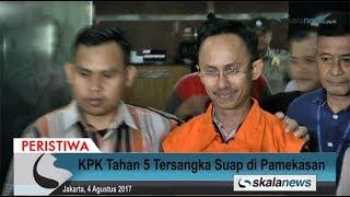 Skalanews.com - Pasca penetapan 5 orang tersangka yang terjaring operasi tangkap tangan di Kabupaten Pamekasan, Jawa Timur, Komisi Pemberantasan Korupsi (KPK) melakukan tindakan penahanan terhadap mereka.Saat digiring dari Gedung KPK, kelima tersangka itu yakni Bupati Pamekasan Ahmad Syafii (ASY), Kajari Jawa Timur Rudi Indra Prasetya (RUD), Inspektur Pemkab Pamekasan Sutjipto Utomo (SUT), Kepala Desa Dassok Agus Mulyadi (AGM), dan Kabag Administrasi Inspektur Kabupaten Pamekasan Noer Solehoedin (NS), tidak memberi pernyataan kepada wartawan.[Risman Afrianda]Video: Deni HardimansyahVideo Editing: Danu NugrohoMusic: Acoustic Breeze [ bensound.com ]