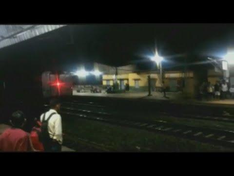 Indien: 22 Waggons mit mehreren hundert Fahrgästen ro ...