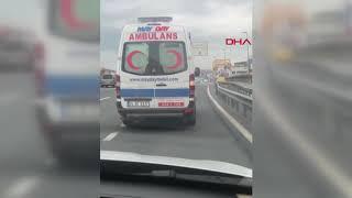 Idiota w Mercedesie specjalnie blokuje przejazd kartce pogotowia