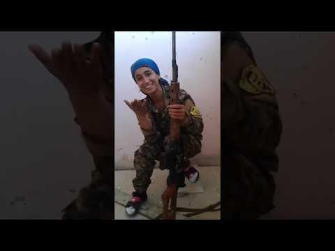 Tarkka-ampuja nainen tähtää vihollista — sekunteja myöhemmin hän meinaa kuolla