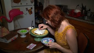 New York City-based baker Kat Thek has a way to handle internet trolls: let them eat cake.Subscribe here: https://goo.gl/GHXtS1Follow us on Twitter: @boomlive_inLike us on: facebook.com/boomnews