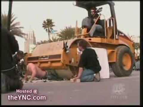 Criss Angel aplastado por una aplanadora