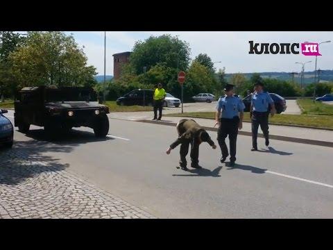 Чех пытался неприличным способом остановить натовский конвой, направляющийся в Прибатику