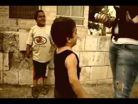 ولد يغازل بنت في الشارع العام - جد مضحك