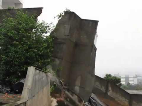 Muro de casa desaba em Joinville