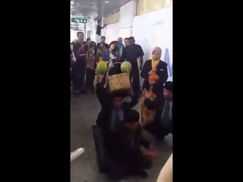 [Hài hước thật] Pháp sư Malaysia lên đồng tìm kiếm máy bay M