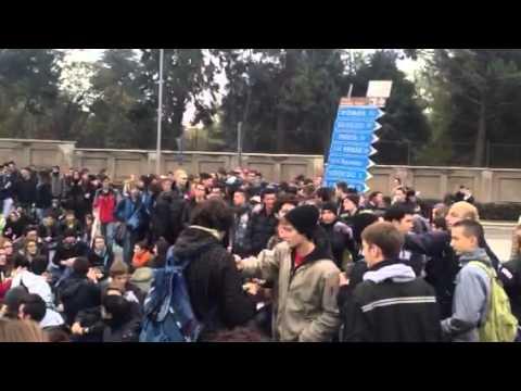 Rotonda autostrada Saronno occupata dagli studenti