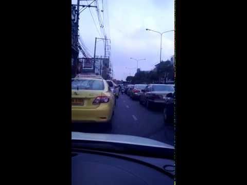 thaitube - thaitube~タイに行きたくなるつまらない動画。 金曜朝のSrinakarin(シーナカリン)通り。渋滞中の車を横目にバイクが25秒で8台抜いていった。...