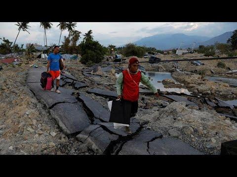 Ινδονησία: Άρχισαν οι ομαδικές ταφές