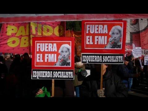 «Έξω το ΔΝΤ» φώναξαν εκατοντάδες πολίτες στο Μπουένος Άιρες…