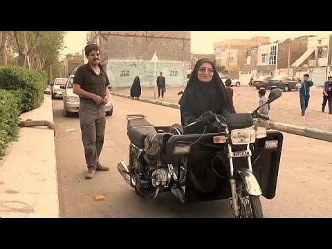 Μια ανάπηρη γυναίκα στο Ιράν οδηγεί μηχανή παρά την απαγόρευση!