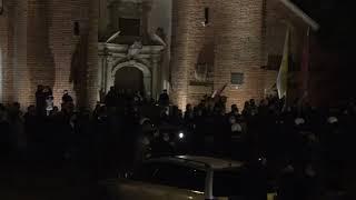 """Narodowcy """"bronią"""" katedry w Oliwie przed protestującymi kobietami."""