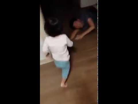 爸爸被魔鬼抓走,女兒哭慘了!.. 這也太殘忍了啦!