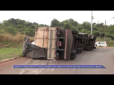 JATAÍ | Carreta carregada de adubo tomba no trevo de acesso à BR-364