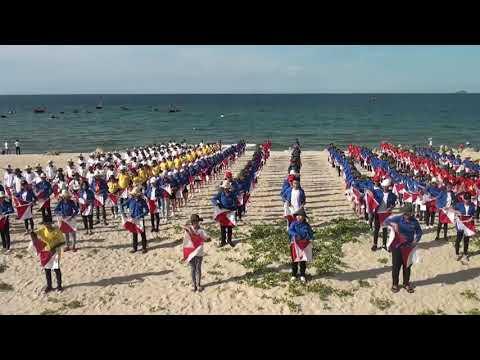 Đồng diễn Semaphore tại bãi biễn Hà My - Điện Dương
