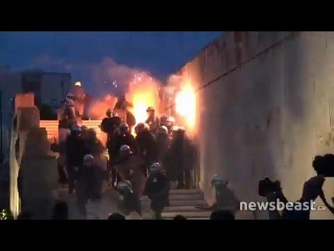 العرب اليوم - شاهد: الحكومة اليونانية بين سندان الاحتجاجات الشعبية ومطرقة الدائنين الدوليين