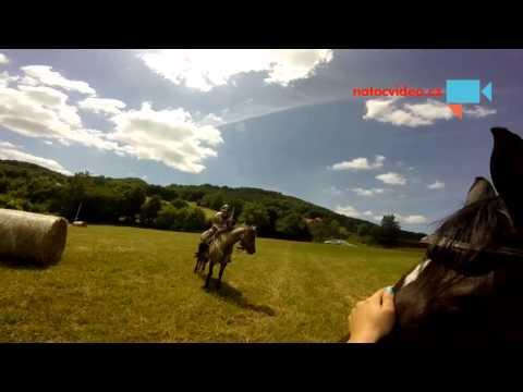 Natočený pád z koně z pohledu jezdce a  pohledu z druhého koně
