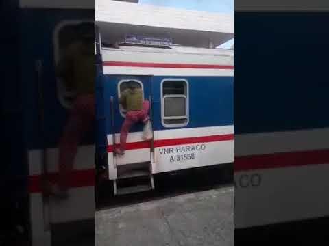 Kiếp mưu sinh bán hàng rong trên tàu :/