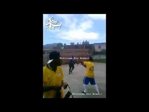 Traficantes comemoram gol com tiros de fuzil no Rio