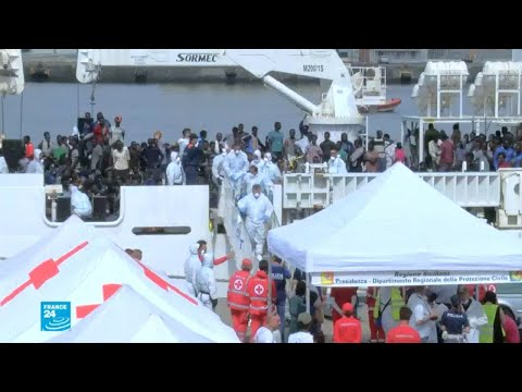 العرب اليوم - شاهد: سفينة إيطالية تنقذ نحو 900 مهاجر