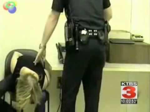 Policjant pobił kobiete na posterunku