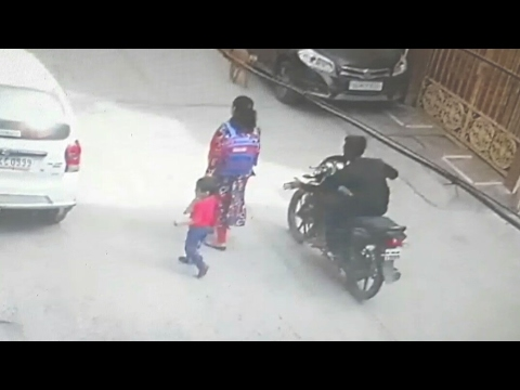 Mobile snatching caught on CCTV Camera