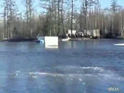 Camión cruzando un río