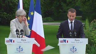 Video Emmanuel Macron laughs off Theresa May's paper mishap MP3, 3GP, MP4, WEBM, AVI, FLV September 2017