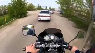 Dwie szybkie petardy na ryj od motocyklisty dla cwaniaczka w samochodzie!