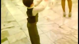 Това хлапе танцува уникално - Трябва да го Видите!!!
