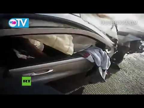 Policías rescatan de un coche en llamas a un sospechoso de robo y luego lo detienen