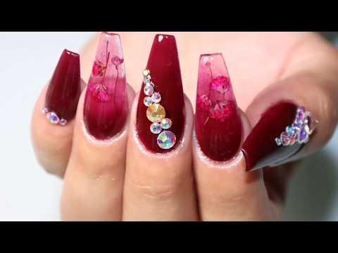 Uñas acrilicas - diseño de uñas tono ciruela con flores encapsuladas