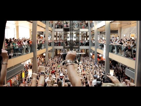 flash mob - http://www.deinestadtsingt.de Niels Schröder und HAMBURG SINGT - der CHOR FÜR ALLE überraschen die Europa Passage Hamburg im Sommer 2013 HAMBURG SINGT -- das...