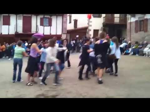 Amaiurko festak 2014. Dantzak zikiro jate ondoren (видео)