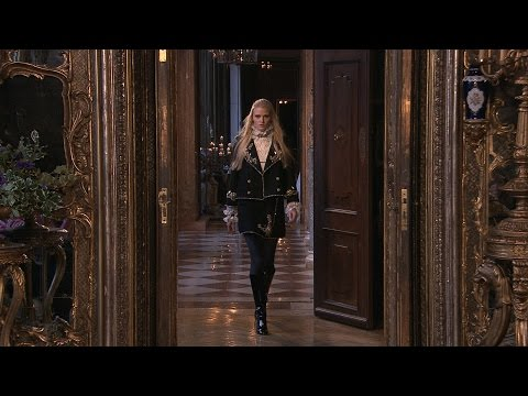 Chanel - More on http://chanel-news.com/-paris-salzburg-2014-15 Full film of the CHANEL Métiers d'Art 2014/15 show that took place on December 2nd, 2014 at the Schlos...