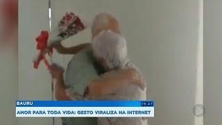 Idoso entrega flores cantando para a mulher há mais de 40 anos
