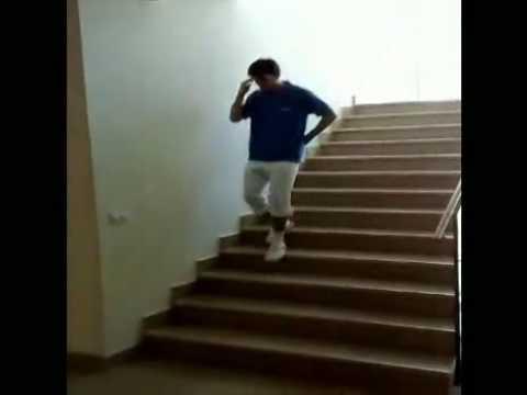 「「ジョジョの奇妙な冒険」風に、立ったまま階段を往復。」のイメージ