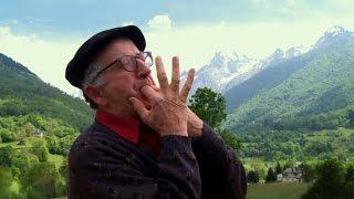 Une tradition ancestrale, le langage sifflé des habitants de la vallée d'Aas, nichée au cœur des Pyrénées, dans le Béarn, est aujourd'hui enseigné à l'école, ...