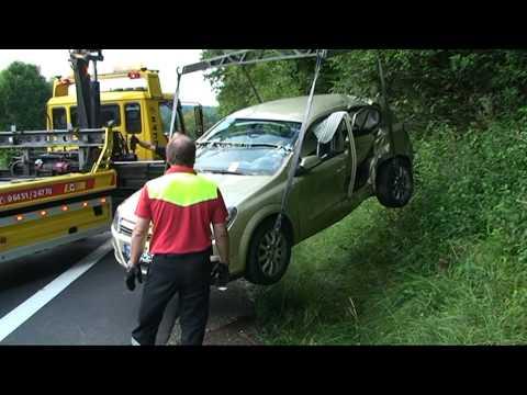 Mann bei Unfall in Auto eingeklemmt