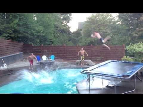 Stačí parta kluků,míč, bazén a o zábavu je postaráno! Podívejte se na video!