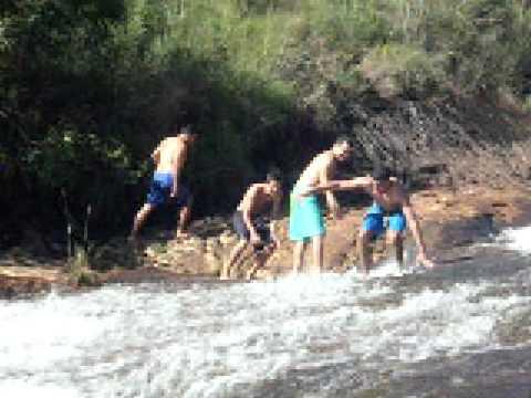 escorregando na cachoeira em andrelandia