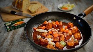 Tempere a carne com pimentão e a folha de louro
