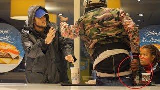 Eksperyment społeczny – jak zareagują ludzie, gdy bezdomny próbuje ukraść jedzenie