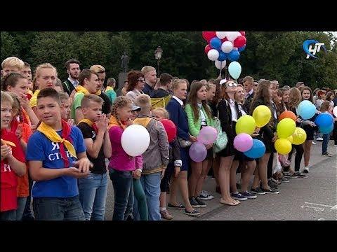 На площади Победы-Софийской юные новгородцы простились с прекрасными летними деньками
